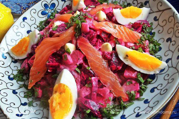 Также такой салат можно подать порционно. Красиво он будет смотреться в стеклянных широких стаканах.