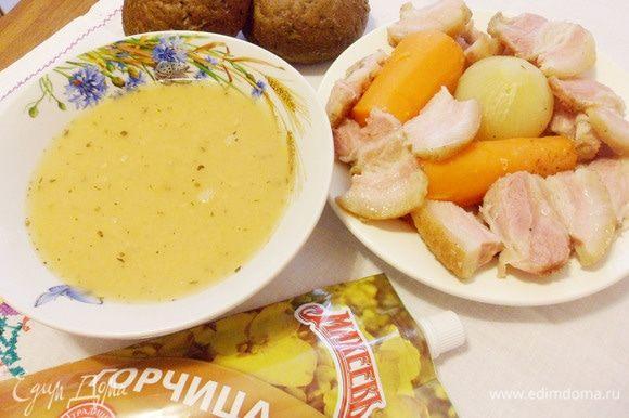 По-шведски, необходимо выложить мясо и овощи в отдельную тарелку. Грудинку нарезать ломтями средней толщины, а овощи не нарезаются, так и остаются целыми. Разлить суп по тарелкам и добавить в каждую ложку горчицы. Подавать к столу с овощами и мясом на блюде.