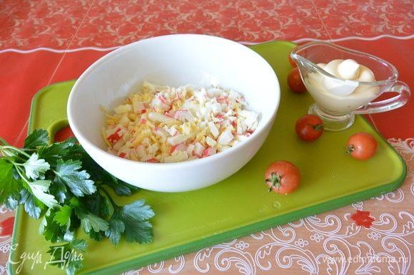 Натереть сыр на терке, нарезать яйца и крабовые палочки. Заправить майонезом.