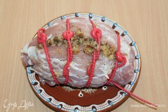 Перевязать фаршированное мясо. Уложить корейку в пакет для запекания. Сделать иголкой в рукаве 2-3 прокола для выхода пара.