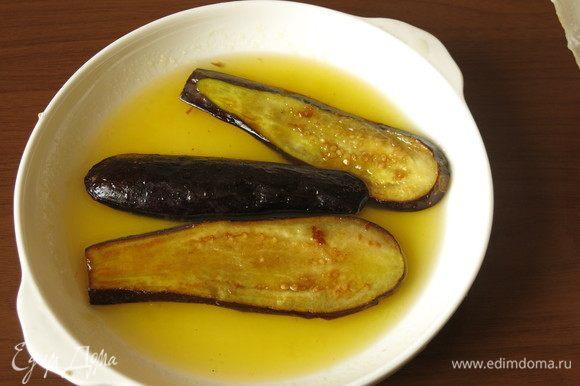 Готовим заливку: соединяем сок 1/2 лимона и мед, помещаем баклажаны в соус.