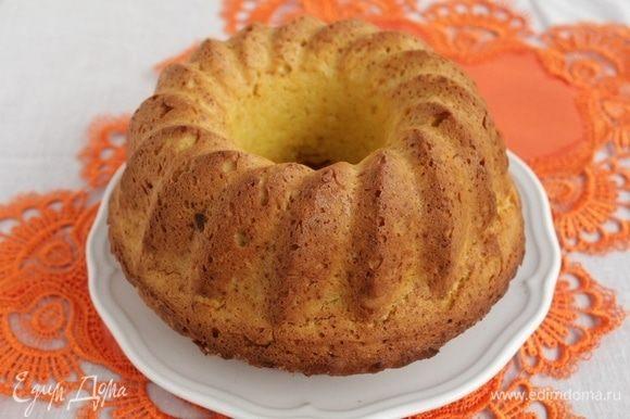 Аккуратно вынуть кекс, посыпать его сахарной стружкой и сахарной пудрой.
