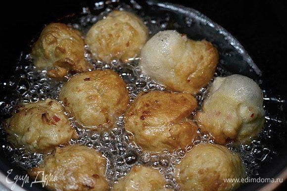Обжарьте пончики в кипящем масле на небольшом огне. Затем выложите на бумажное полотенце, чтобы убрать лишнее масло.
