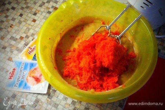 В конце идет морковь, добавляем и снова все хорошо перемешиваем.