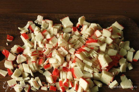 Нарезаем палочки крабовые. Можно использовать как замороженные, так и охлажденные палочки Vici.