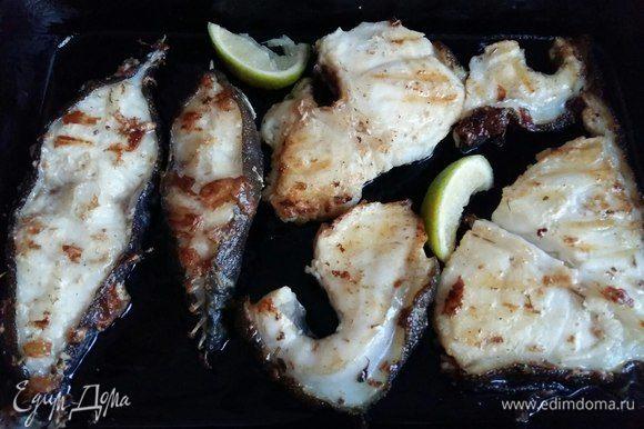 Выложить рыбку в небольшой противень и поставить в нагретую до 210°С духовку на 15 минут.