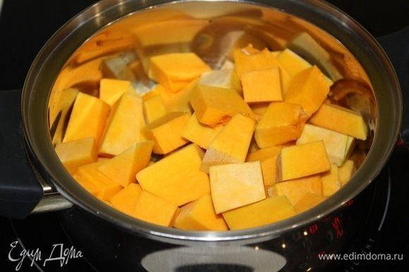 Тыкву нарезать кубиками и добавить к луку, потомить около 5 минут.