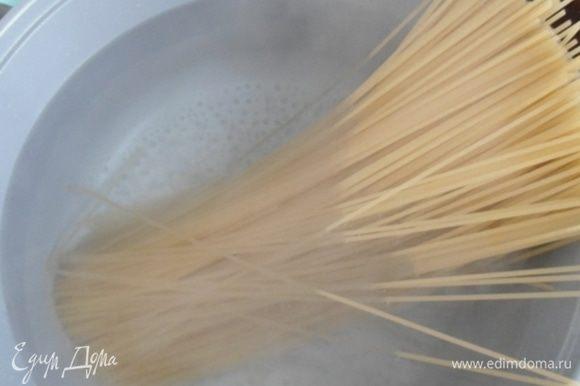 Спагетти сварить в подсоленной воде, на 2 минуты меньше, чем указано на упаковке.