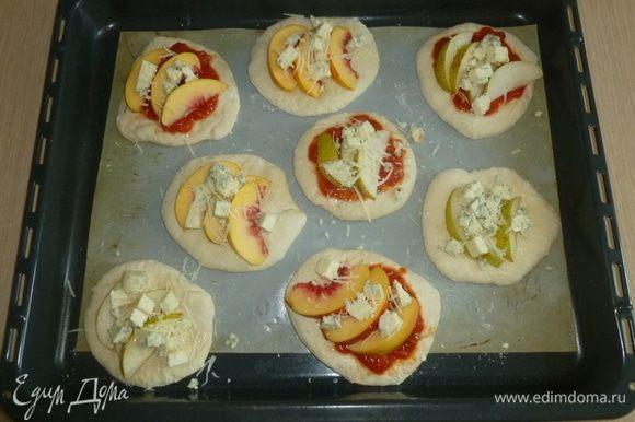 Разложить ломтики фруктов и сыр. Сверху натереть пармезан. Поставить в духовку (220°С) на 10–15 минут до золотистой корочки.