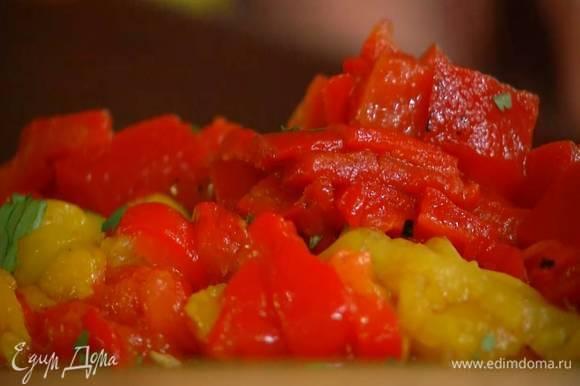 Сладкий перец запечь в духовке, затем удалить кожицу, семена и плодоножку, мякоть порубить.