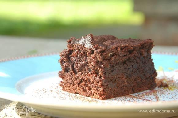 Нарезать корж на квадратики и посыпать оставшимся какао.