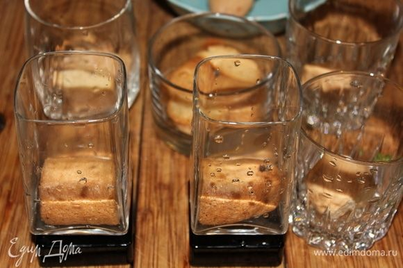 Выкладываем в подготовленные стеклянные стаканчики/чашечки вымоченное в ликерно-кофейной смеси печенье.