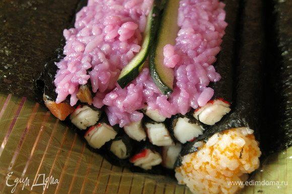 Нарезаем пластинки огурца по длине палочек, вставляем в рис — это водоросли.