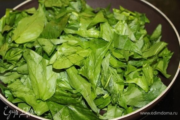 Добавляем порезанный шпинат 2–3 минуты.