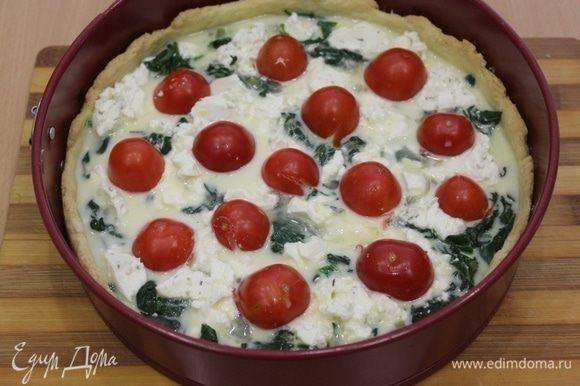 Слегка взбить сливки и яйца до однородности, сверху залить пирог. Выложить половинки помидоров.