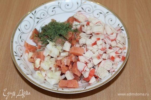 Рыбу, лук, крабовые палочки порезать на мелкие кусочки, добавить укроп.
