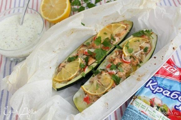 Подавать кабачки в горячем виде вместе с соусом.