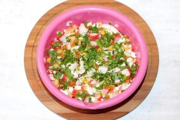 Выкладываем в большую миску нарезанные продукты. Добавляем кукурузу, измельченную петрушку, домашний майонез и соль по вкусу. Перемешиваем.