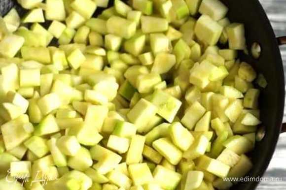 Мелко режем лук и чеснок. Кабачок режем произвольным кубиком. Обжариваем все на оливковом масле с добавлением соли.
