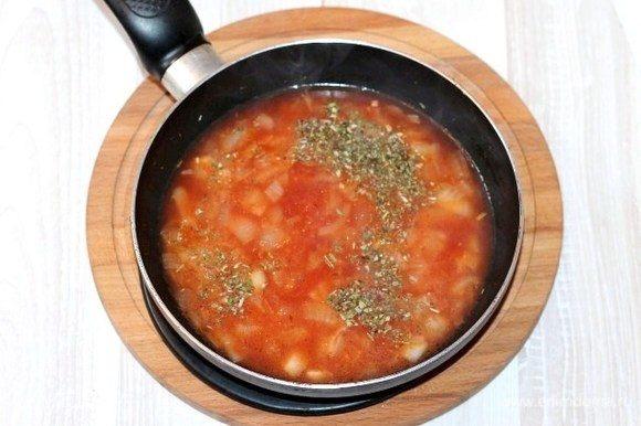Приготовим вкусный соус! Этот соус вкусно есть, даже намазав на кусочек хлеба. К оставшемуся репчатому луку (1/2 ч.) добавляем: 100 мл воды, 1 ст. л. сливочного масла, 2 ст. л. кетчупа, 1 ч. л. уксуса, 1 щепотку имбиря, 1 щепотку красного сладкого перца, 1 щепотку приправы (смесь трав), 1 щепотку сахара и по вкусу соль. На медленном огне доводим смесь до кипения и томим еще от 3-5 минут.