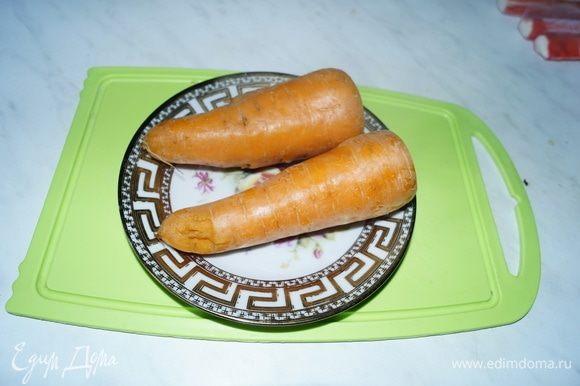 Сначала хорошо вымоем и отварим морковь до готовности. Очистим ее от верхней шкурки.