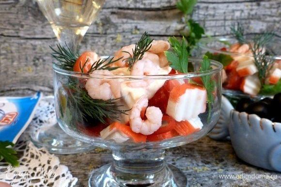 Сверху кладем пару ложек соуса и салатные креветки. Сразу же подавать к столу! Не забудьте бокал сухого вина. Приятного аппетита!