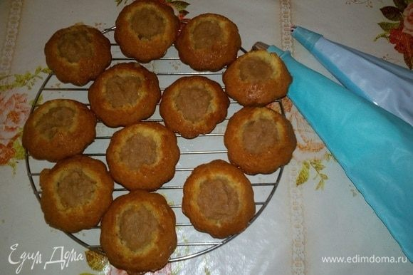 Начиняем ягодным или яблочным джемом-пюре. Украшаем кремом и кондитерскими посыпками.