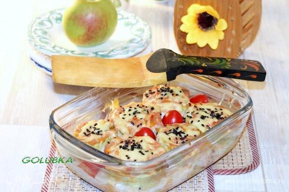 Если кабачки готовы, снимаем фольгу, посыпаем кабачки тертым сыром, черным обжаренным кунжутом и отправляем на 1-2 минуты в печь до расплавления сыра.