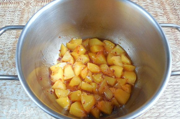 Конфи: желатин залить водой (если порошковый, то в соотношении 1:6) и оставить для набухания. Подготовить формы, в которые вы будете заливать конфи (в моем случае это силиконовые формочки для кексов). Формы необходимо поставить на разделочную доску/поднос. Персик (в списке ингредиентов указан вес уже очищенного фрукта) порезать на небольшие кусочки. Поместить персик, сахар и чили в небольшую кастрюлю и готовить на среднем огне под крышкой до мягкости персика.
