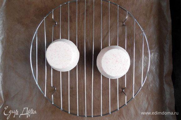 Большой противень застелить пищевой пленкой/силиконовым ковриком, сверху поставить решетку. Когда глазурь готова, достать из морозилки несколько пирожных, прогладить их руками (чтобы убрать конденсат) и поставить на решетку.