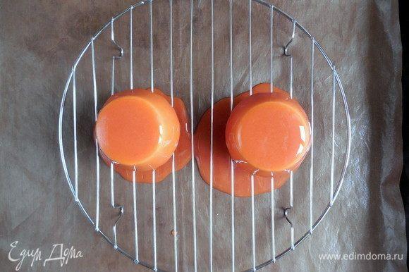Полить пирожные глазурью, водя кувшином по кругу, чтобы глазурь равномерно распределилась.
