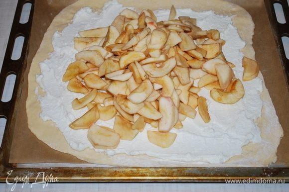 На творог выкладываем чищенные яблоки.