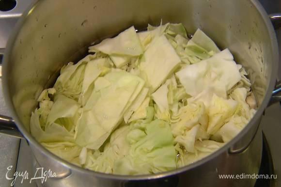 Оставшуюся капусту нарезать крупными кусками, поместить в кастрюлю с водой, накрыть крышкой и отваривать до готовности, затем слить воду, капусту измельчить блендером в пюре.
