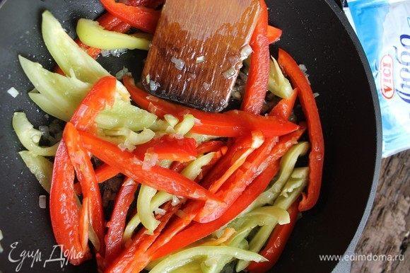 Добавить перец и также обжарить до полуготовности.