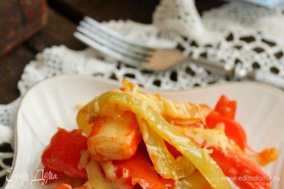 Готовый салат уложить в порционную тарелку, подавать теплым, посыпав тертым сыром.