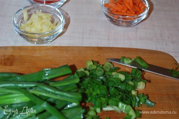 Порежем зеленый лук, морковь, имбирь, чеснок и острый перец.