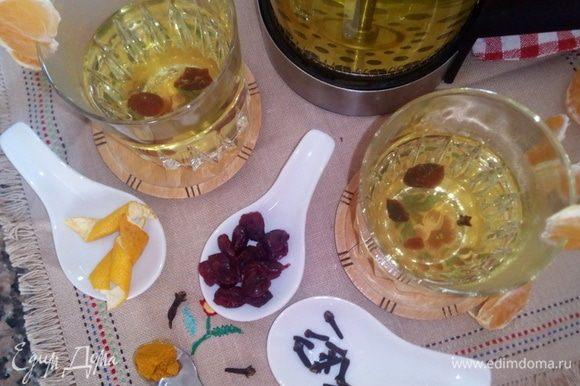 Наш полезный согревающий чай готов! Разлить по бокалам, украсить долькой мандарина, добавить мед или тростниковый сахар по вкусу и наслаждайтесь чаем! Приятного чаепития!