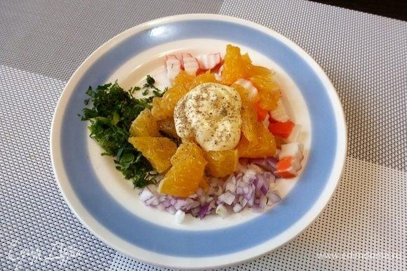 Заправим салат майонезом (желательно домашним). Обязательно приправьте салат свежемолотым перцем. Я такой салат не солю.