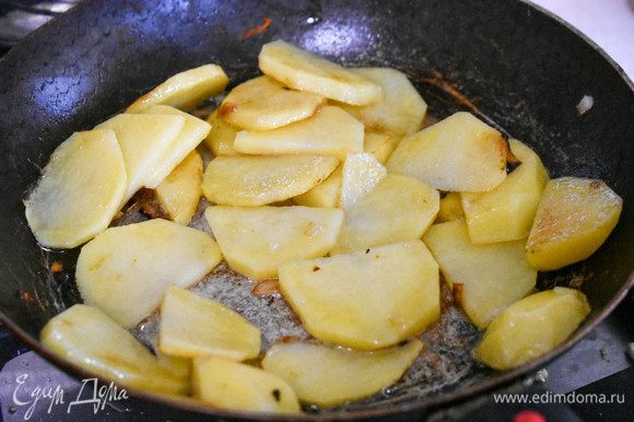 Картофель нарезать пластинами и тоже обжарить до легкой румяной корочки.