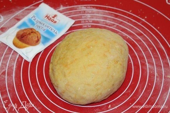 Замесить тесто, если тесто будет липнуть к рукам, добавить еще немного муки.