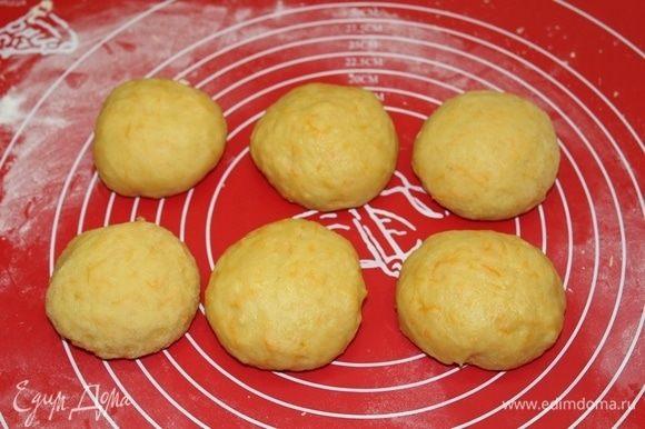 Разделить тесто на шесть частей и завернуть в пленку.