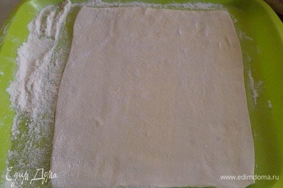 На рабочей поверхности раскатываем пласт слоеного теста в виде прямоугольника.