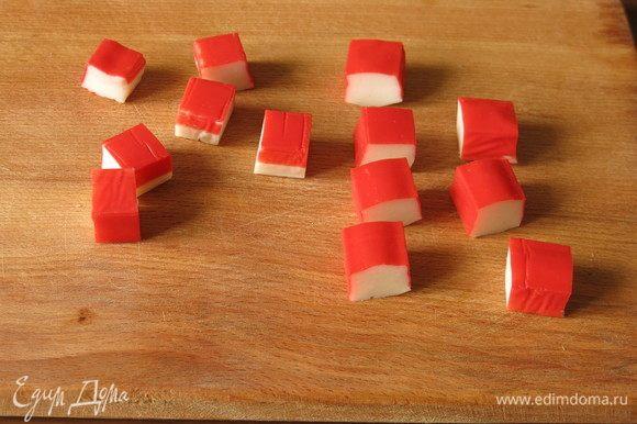 Нарезаем крабовые палочки на квадраты, сторона 15 мм.