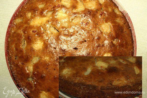 Достаем готовый пирог, даем ему остыть. Достать пирог из формы, переложить на блюдо.