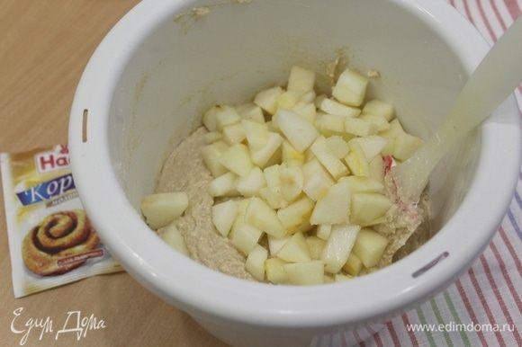 Груши почистить и порезать кусочками, добавить в тесто, аккуратно перемешать.