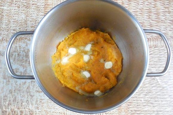 В готовое пюре добавить сливочное масло и тщательно перемешать до однородности. Приправить солью и перцем по вкусу. Полностью остудить.