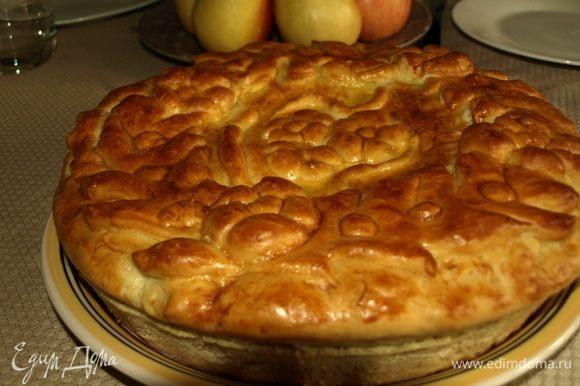 Через 15 минут можно подавать пирог! Он хорош и в горячем, и в холодном виде. Очень вкусно пирог есть со сметаной.