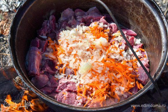 Добавить к мясу лук, морковь и болгарский перец. Оставим тушиться под крышкой минут на 15.
