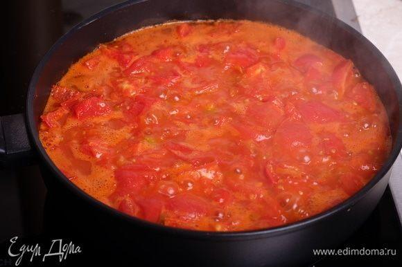 Приготовить томатный соус. Для этого разогреть в сотейнике 1 ст. л. оливкового масла. Нарезать помидоры кубиком, сложить в сотейник и сначала обжарить их на сильном огне минут 7 (пока не дадут много сока), затем тушить на среднем огне минут 10-15. Примерно в середине жарки добавить мелко нарубленный чеснок и несколько ломтиков острого перца чили. В конце добавить соль и сахар — по вкусу. Сахар — примерно 1-2 ч.л., без него не раскроется вкус этого соуса.