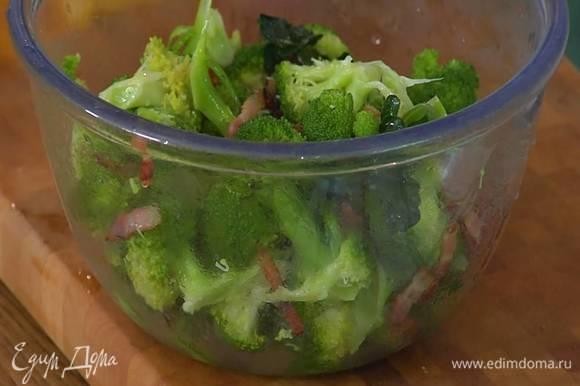 Слить из брокколи растаявший лед, добавить к капусте обжаренное сало, все перемешать.